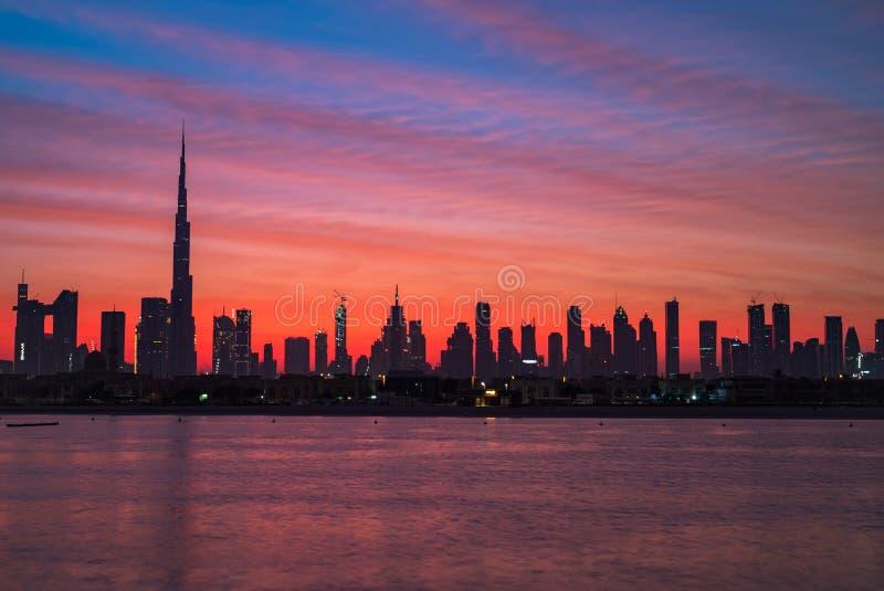 神话早晨、日出或者黄昏在迪拜 在哈里发塔的黎明 在迪拜街市的美丽的色的多云天空 免版税库存照片