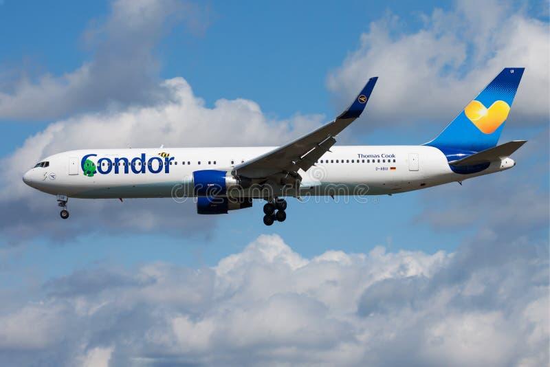 神鹰航空公司波音767-300 D-ABUI客机着陆在法兰克福国际机场 免版税库存照片