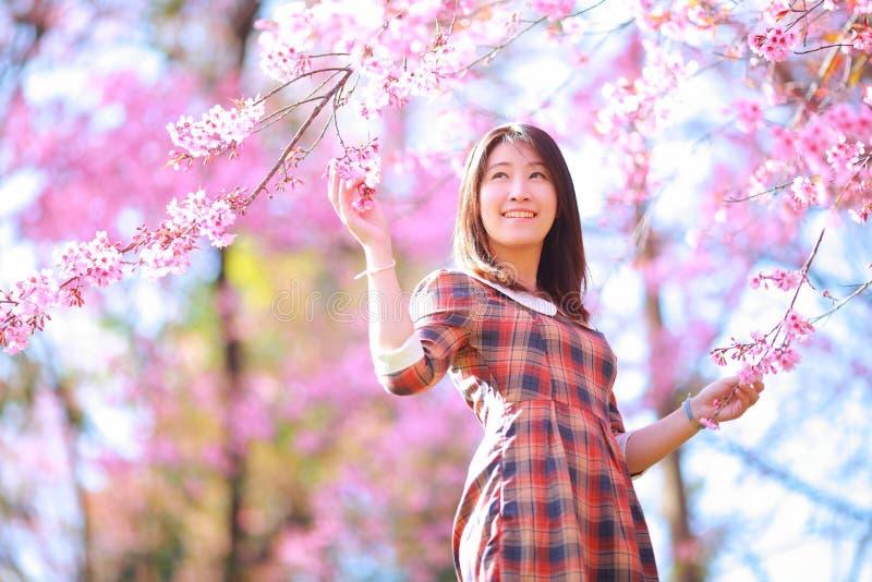 神仙的画象女孩青少年在格子花呢披肩 库存图片