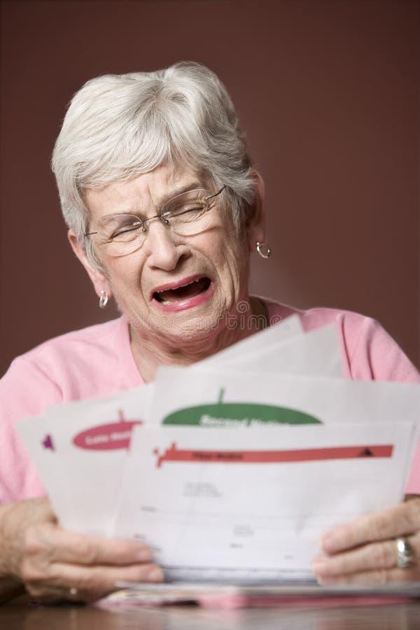 票据通知前辈妇女 免版税库存照片