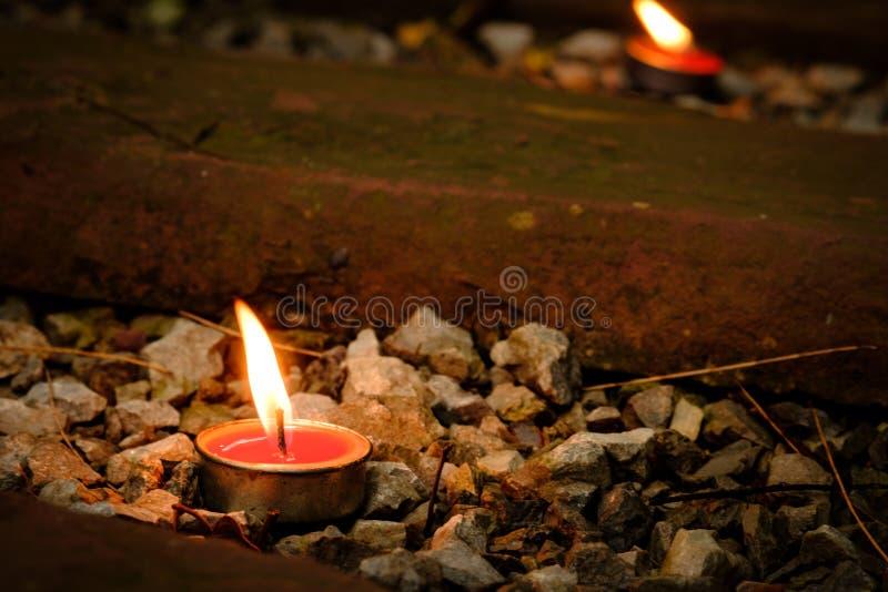 祷告和希望概念 减速火箭的蜡烛光和减速火箭的路 图库摄影