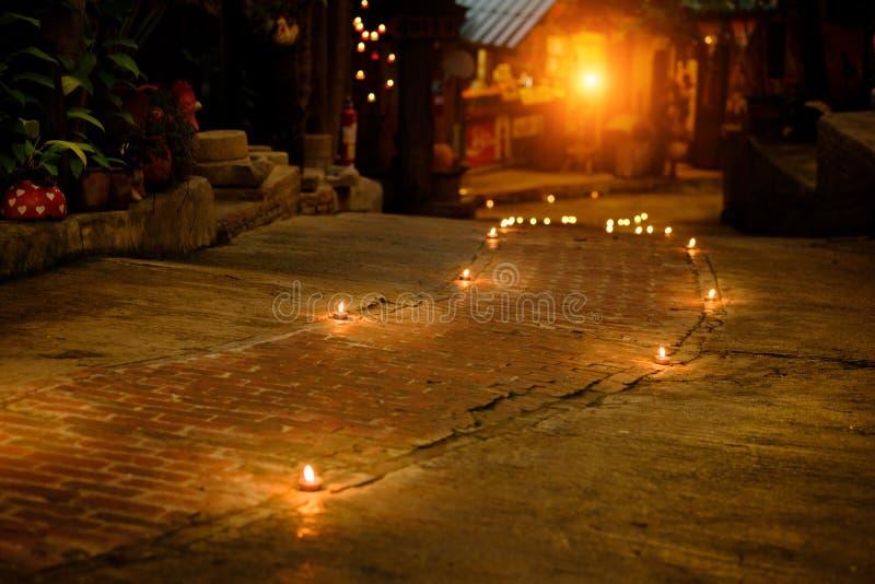 祷告和希望概念 减速火箭的蜡烛光和减速火箭的路 免版税库存图片