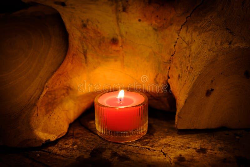 祷告和希望概念 在水晶glas的减速火箭的桃红色蜡烛光 图库摄影