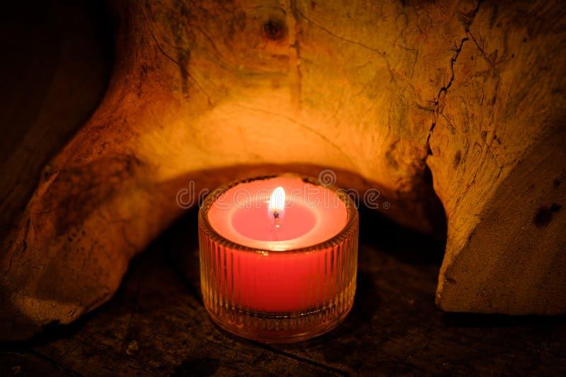 祷告和希望概念 在水晶glas的减速火箭的桃红色蜡烛光 免版税库存照片