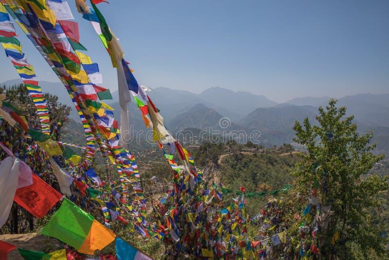 祷告在Namobuddha修道院附近的旗子山 免版税库存照片