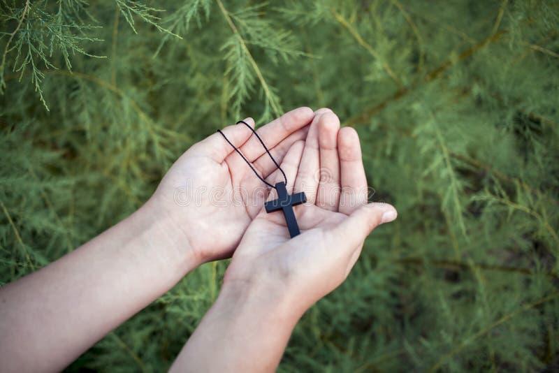 祷告手和十字架 对交叉的结构 免版税库存照片