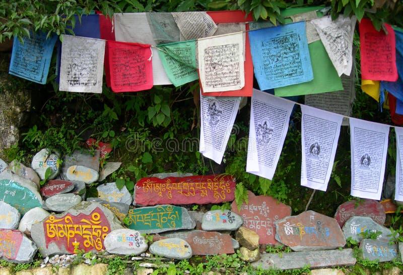 祷告旗子和西藏人奥姆标志 免版税库存图片