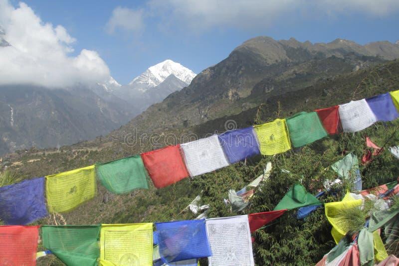 祷告旗子在迁徙在喜马拉雅山山的尼泊尔 免版税库存照片