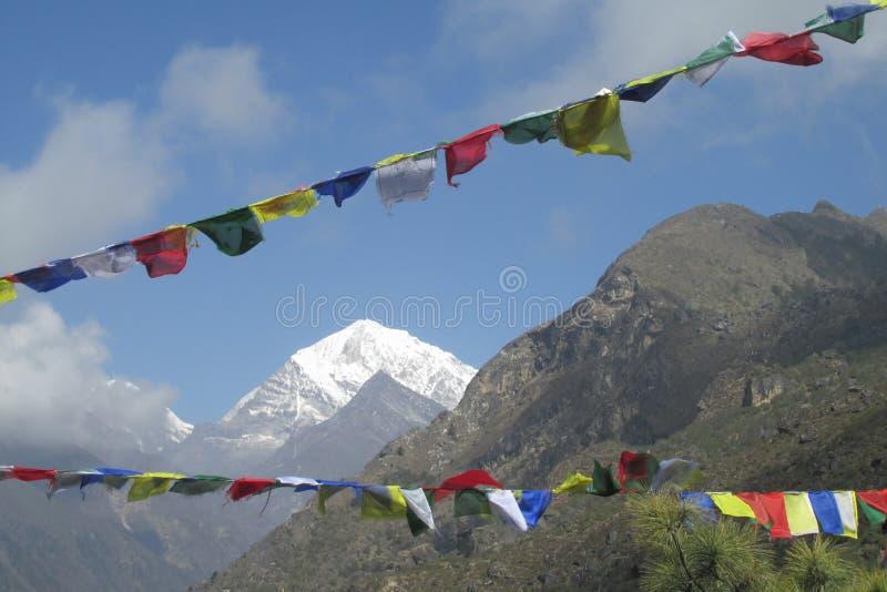 祷告旗子在迁徙在喜马拉雅山山的尼泊尔 免版税库存图片