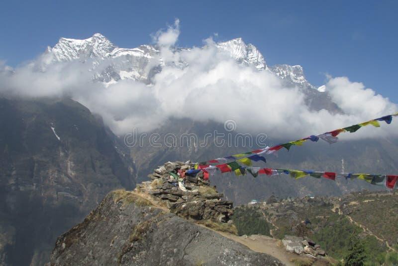 祷告旗子在迁徙在喜马拉雅山山的尼泊尔 图库摄影