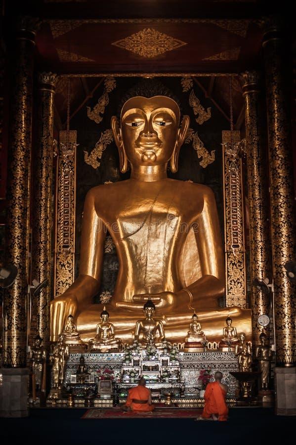 祷告的和尚在佛教寺庙,北泰国 免版税库存照片