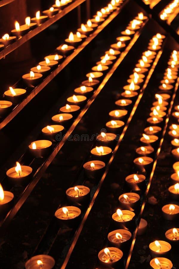 祷告蜡烛在一个catolic教会里 免版税库存图片