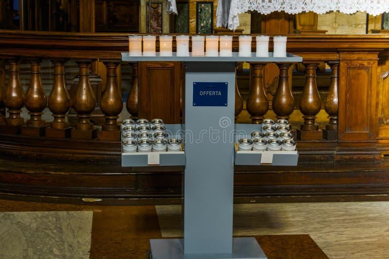 祷告蜡烛在停留演出地在一个天主教会里 免版税库存照片