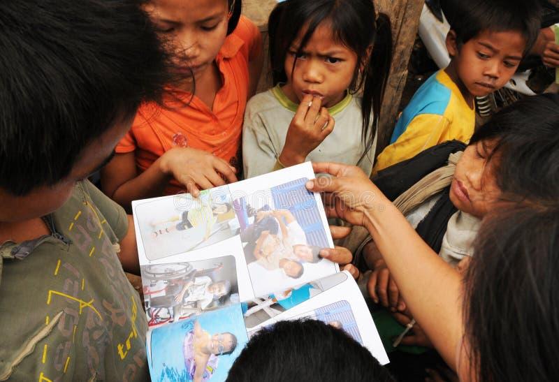 禁令Huay Daue村庄的孩子看新的schoolb 库存照片