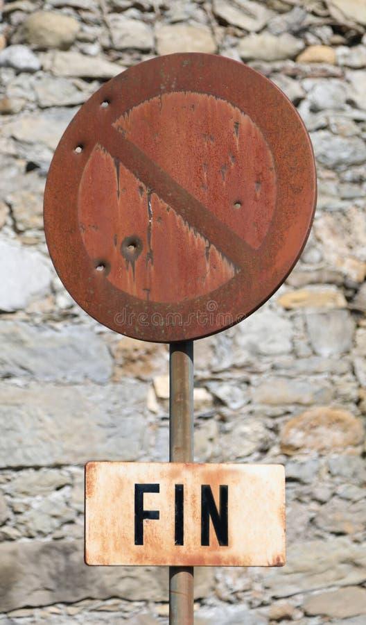 禁止停车与意味在fre的结束的词飞翅的路标 免版税库存图片