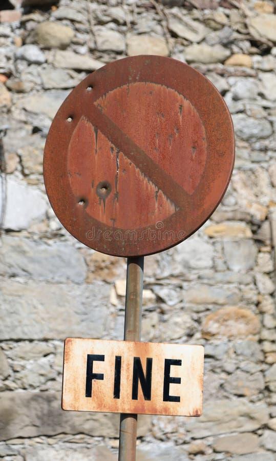 禁止停车与意味在I的结束的词罚款的路标 免版税库存图片
