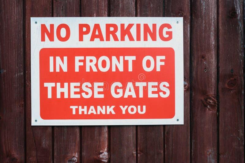 禁止停车给标志装门 库存照片