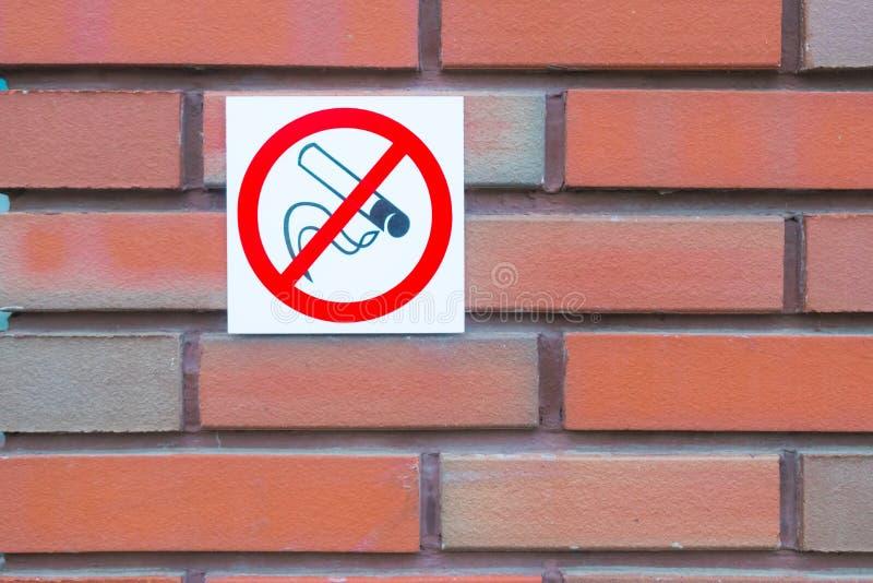 禁止标志为对公共建筑的使用 免版税库存照片
