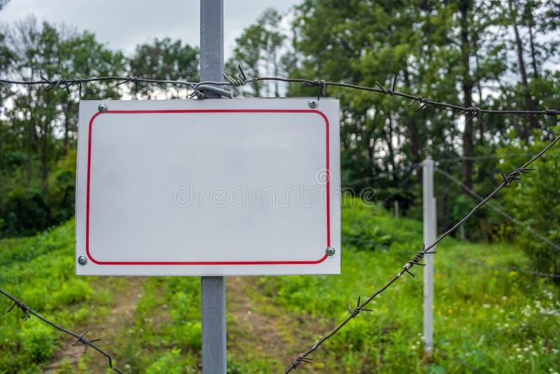 禁止的区域操刀与铁丝网篱芭 有挂锁的门被关闭对钥匙 状态边界  免版税库存照片