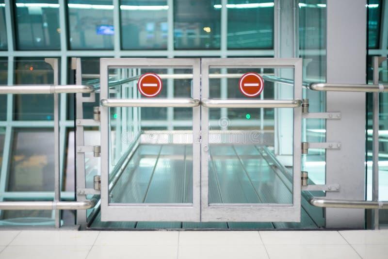 禁止的区域门在机场 库存图片