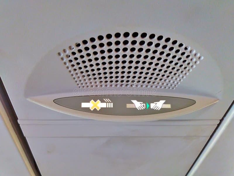 禁烟和紧固在飞机上的安全带信号 免版税库存图片