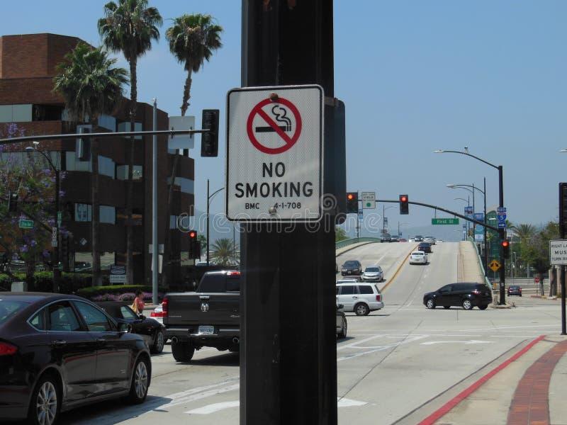 禁烟的标志在灯柱 免版税图库摄影