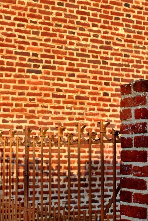 禁闭校园砖墙生锈的门 免版税库存照片