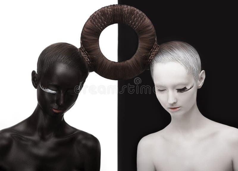 禅宗。 Yin和杨。 二个人剪影。 黑色&空白符号。 创造性的东方概念 免版税库存照片