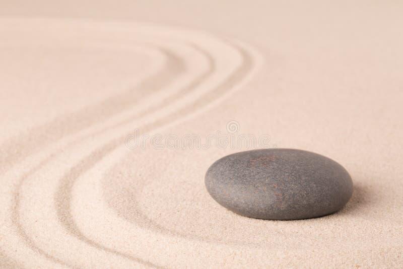 禅宗凝思沙子和石头样式放松和集中的 免版税库存图片