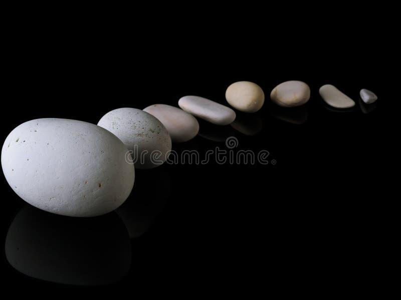禅宗向在堆留心的岩石温泉扔石头 库存照片