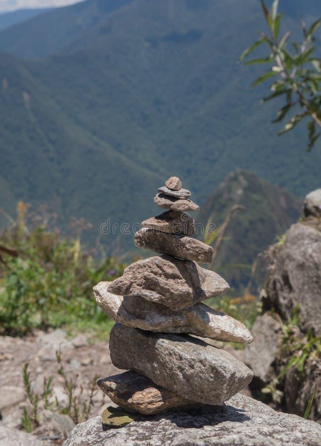 禅宗和能量从地球向piramid扔石头 免版税库存照片