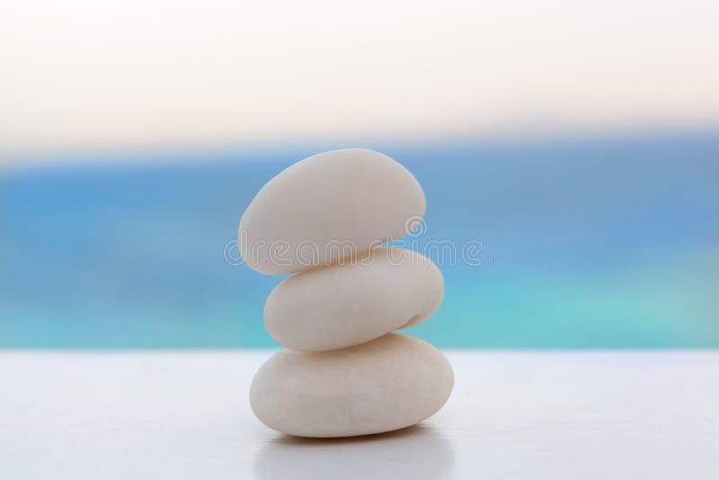 禅宗在热带海滩的岩石堆 免版税图库摄影