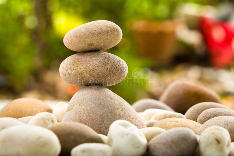 禅宗在自然背景的被堆积的石头 免版税图库摄影