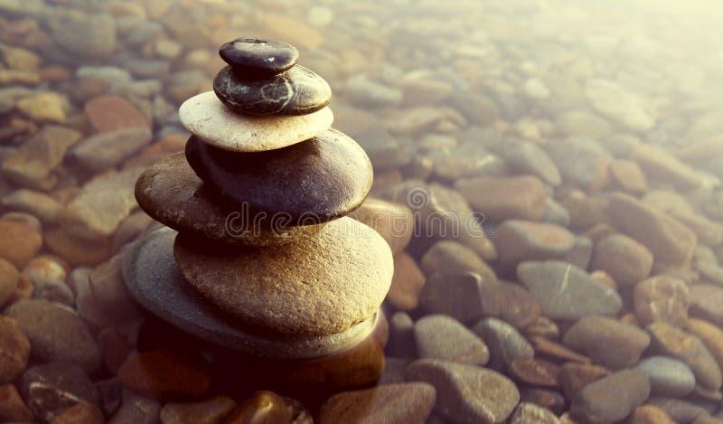 禅宗平衡晃动小卵石报道的水概念 免版税库存照片