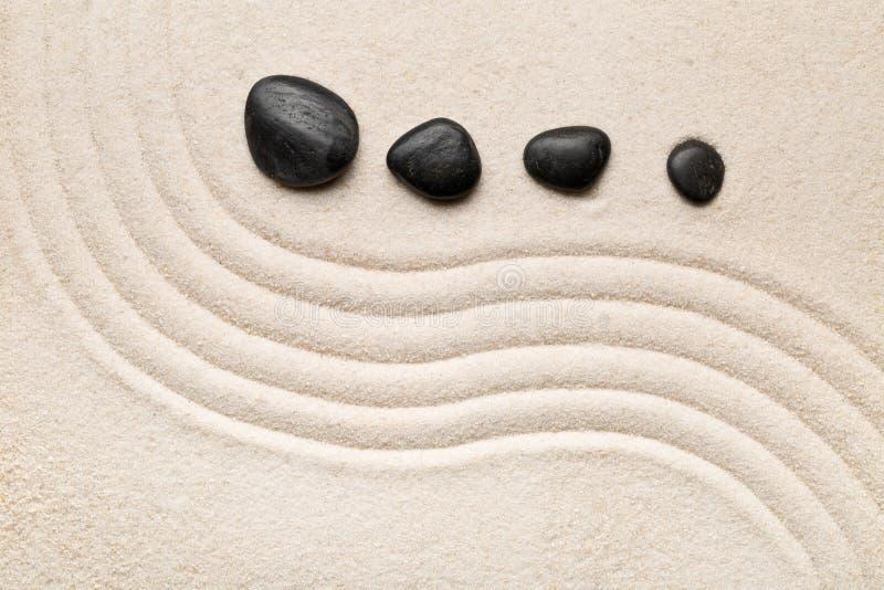 禅宗沙子和石头从事园艺与倾斜的弯曲的线 朴素, c 图库摄影