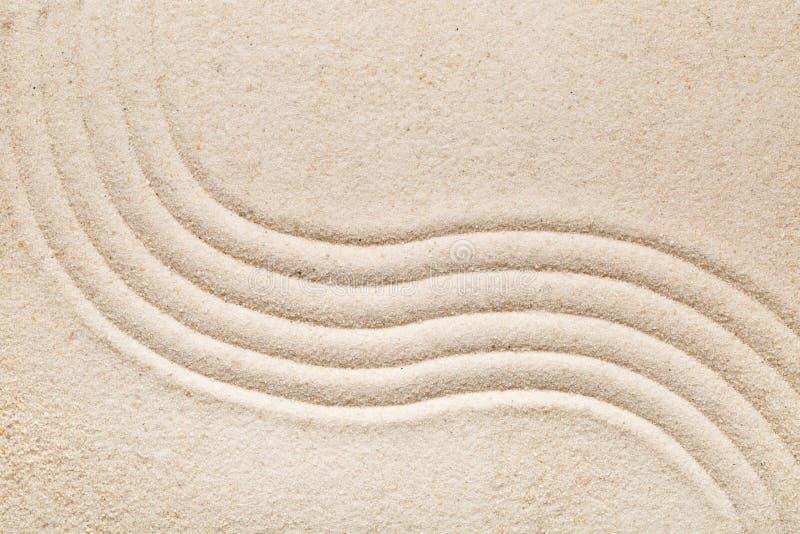 禅宗沙子和石头从事园艺与倾斜的线、曲线和圈子 免版税库存照片
