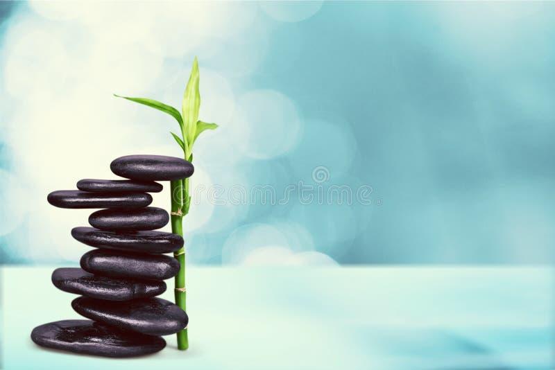 禅宗石头和竹子在被弄脏的背景 免版税图库摄影