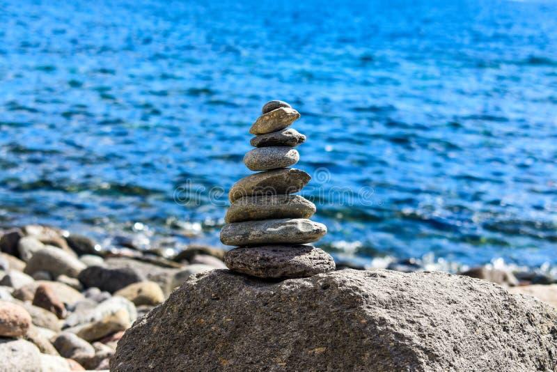 禅宗石头和谐的金字塔、概念和平衡 免版税库存照片