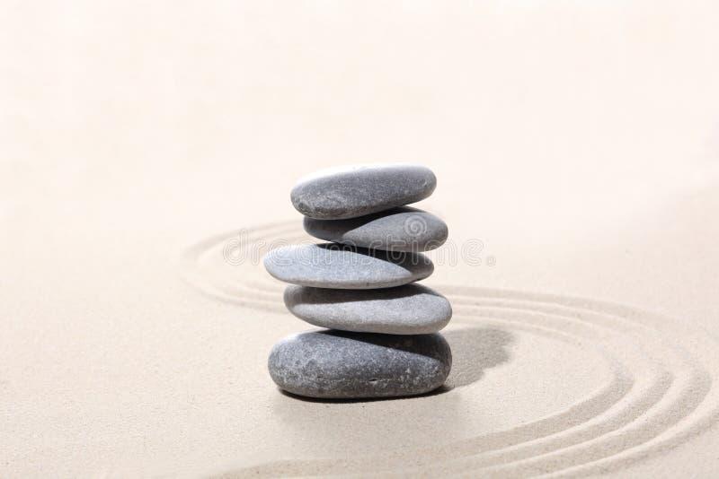 禅宗石头概念,灰色石头在与拷贝空间的沙子堆了您的文本的 库存照片