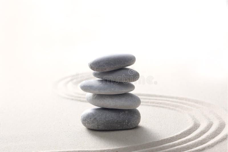 禅宗石头概念,灰色石头在与拷贝空间的沙子堆了您的文本的 免版税库存图片