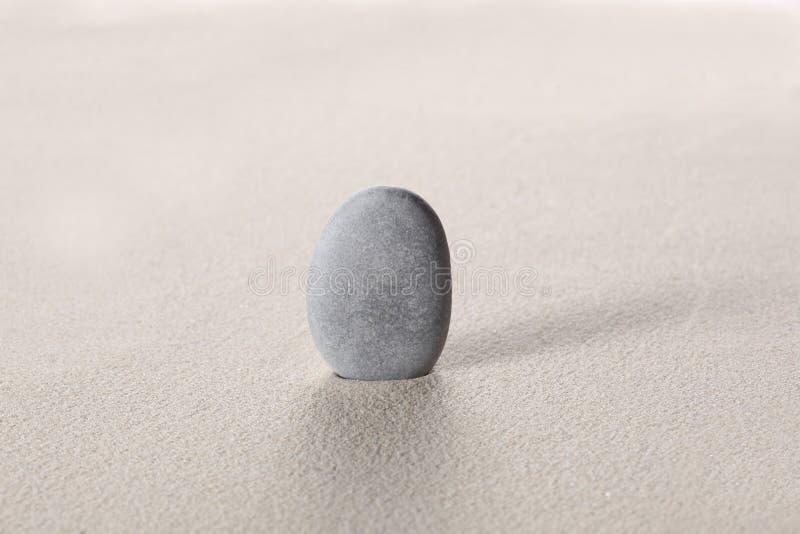 禅宗石头概念:在沙子的灰色石头与您的文本的拷贝空间 库存图片