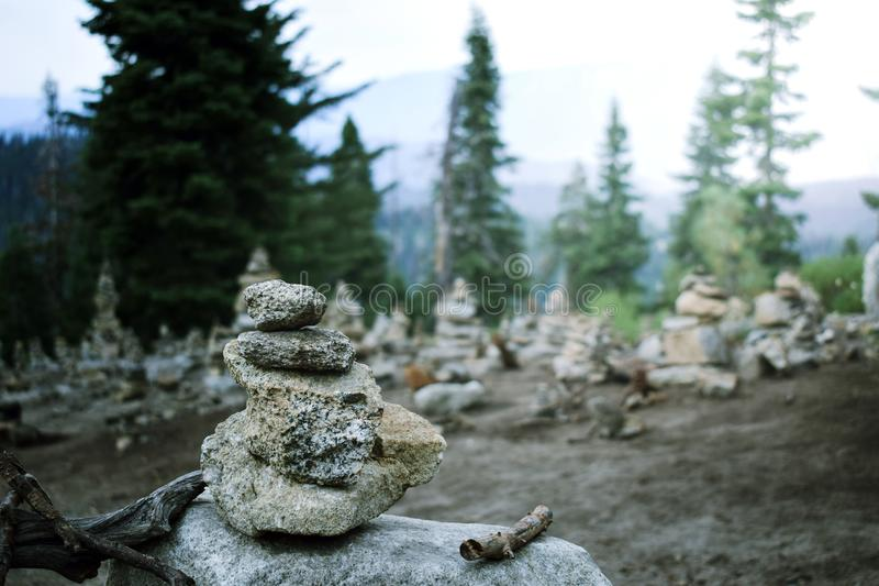 禅宗金字塔 在森林的平衡的石头 山平安的风景视图 库存照片