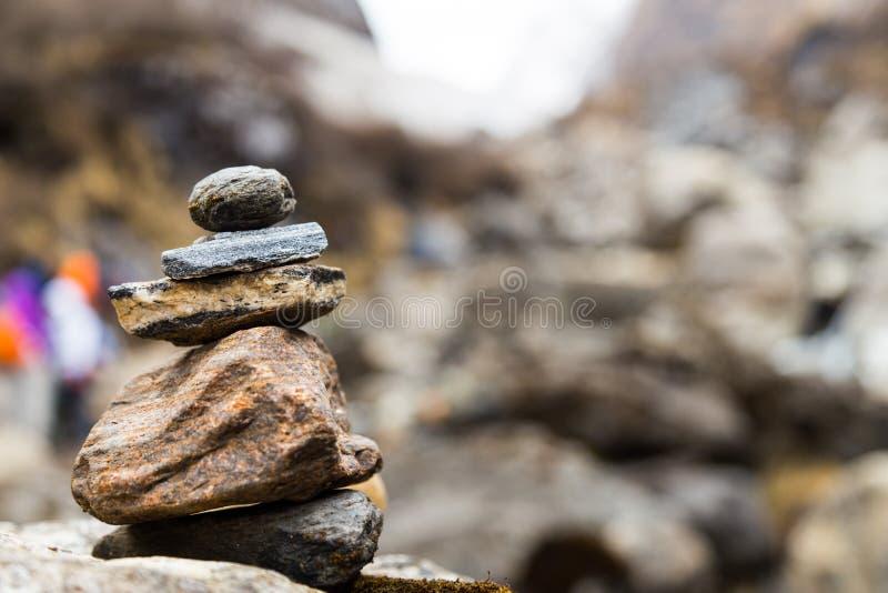 禅宗仿造沿供徒步旅行的小道的Stupa对安纳布尔纳峰,尼泊尔山的岩石安排 图库摄影