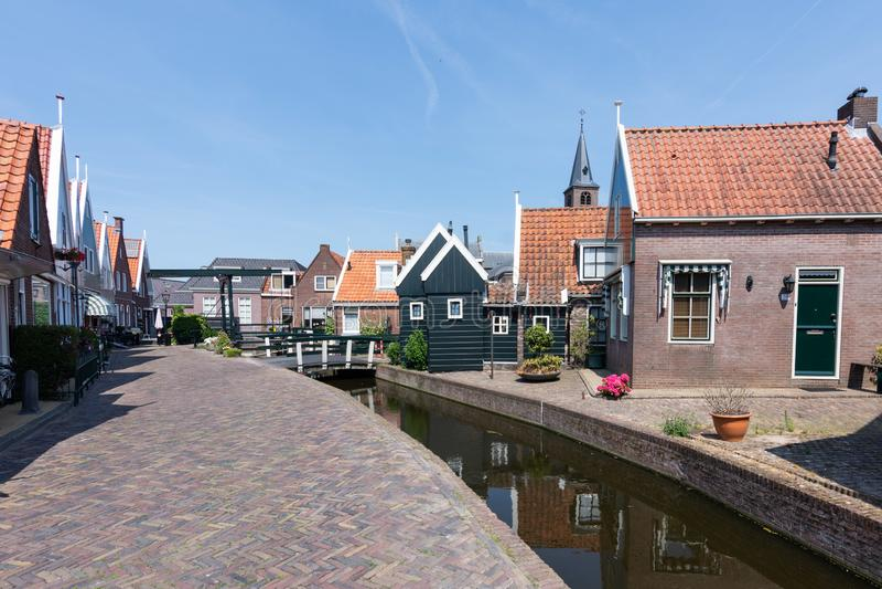 福伦丹街道和运河好日子和天空蔚蓝的 荷兰,欧洲 库存图片