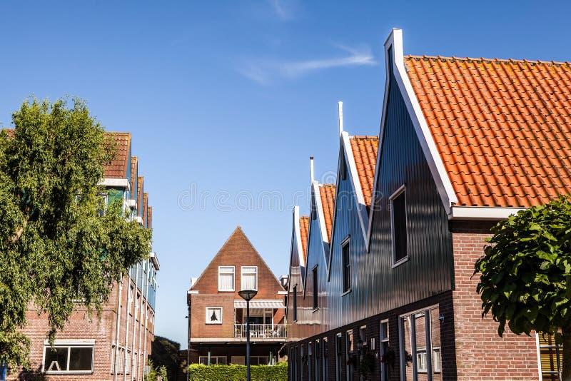福伦丹,荷兰- 2014年6月18日:传统房子&街道在荷兰镇福伦丹,荷兰 免版税库存照片