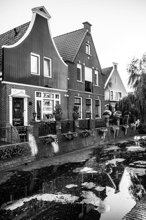 福伦丹,荷兰- 2014年6月18日:传统房子&街道在荷兰镇福伦丹,荷兰 库存图片