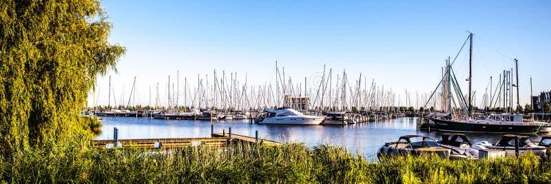 福伦丹,荷兰- 2014年6月18日:小船和帆船在福伦丹港口 免版税库存照片
