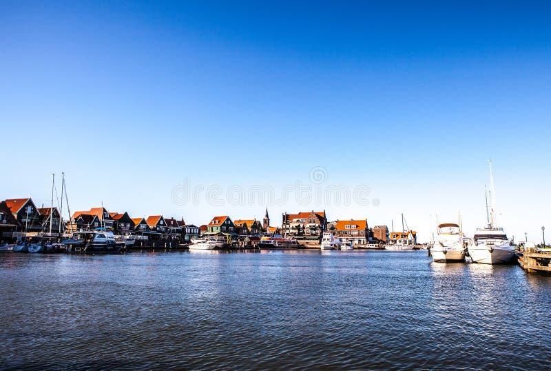 福伦丹,荷兰- 2014年6月18日:小船和帆船在福伦丹港口 免版税库存图片