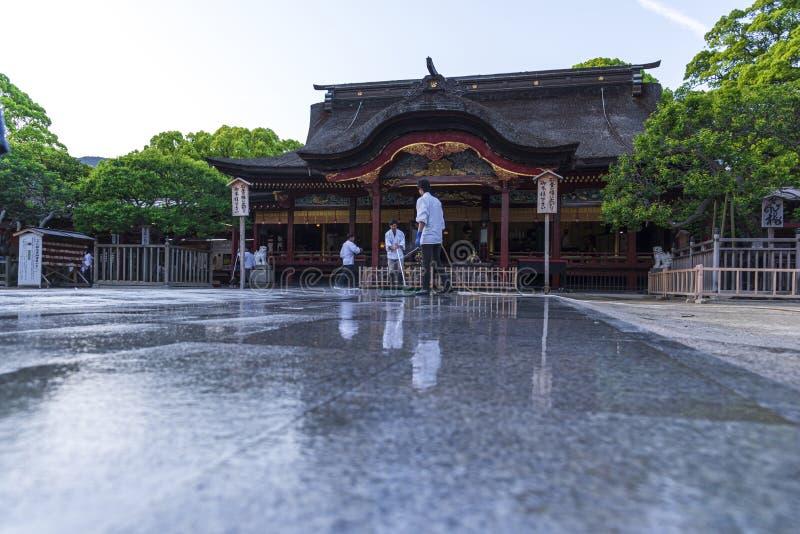 福冈,日本- 2019年5月4日:游人和本地人在大宰府市,福冈参拜大宰府Tenmangu寺庙,反射在水中, 库存照片