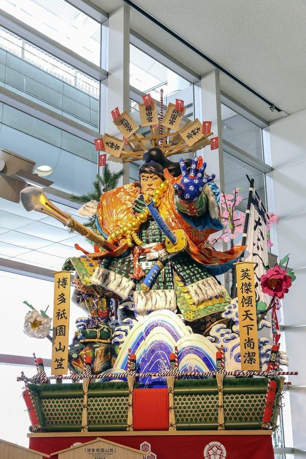 福冈,日本- 2014年3月16日-一个著名节日的标志在日本在福冈机场叫Hakata Gion Yamagasa Matsuri, 免版税库存图片